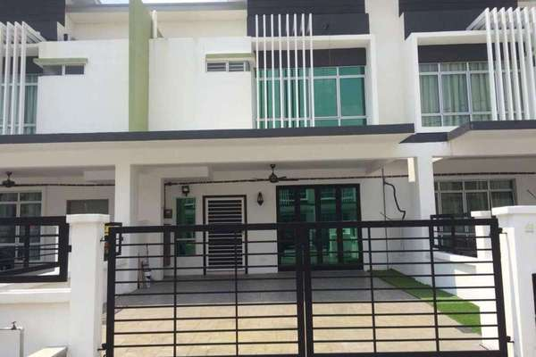 Terrace For Sale in Olive, HillPark Freehold Semi Furnished 4R/3B 670k