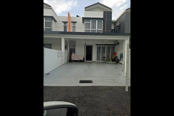 Terrace For Sale in Cherry, HillPark Freehold Semi Furnished 4R/4B 620k