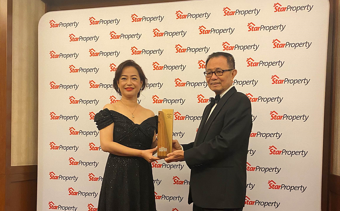 Image 2  tropicana managing director  marketing   sales  joanne lee  left  accepts the the starproperty all stars image 2  awards 2020 from star media group chairman datuk fu ah kiow.