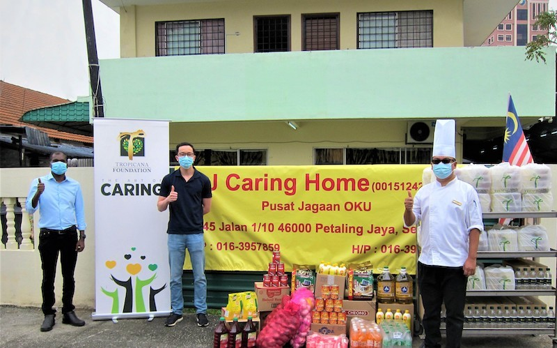 Reaching out   din tan of thai odyssey and tgcr delivering dry goods and food packs
