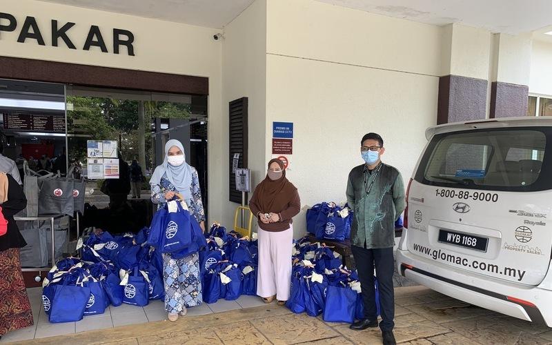 1. glomac staff handing over the food packs to hospital putrajaya kakitangan glomac menyerahkan pek makanan kepada hospital putrajaya truncate